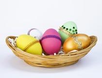 Собрание пасхального яйца в бамбуковой корзине Стоковые Фотографии RF