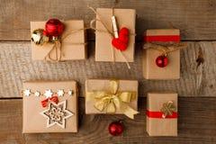 Собрание подарочных коробок рождества с красным оформлением на винтажной деревянной предпосылке Праздник подготовки Classial над  стоковая фотография rf