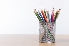 Собрание покрашенных crayons карандаша в корзине Стоковые Фото