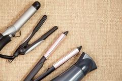 Собрание профессиональных приборов парикмахера - фен для волос, завивая, рифлевание, взгляд сверху раскручивателя Стоковое Фото