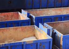 Собрание пустых голубых контейнеров в зиме Стоковые Фотографии RF