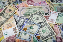 Собрание различных иностранных валют от стран spanning глобус Стоковая Фотография RF