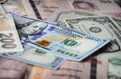 Собрание различных иностранных валют от стран spanning глобус Стоковое Изображение