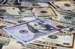 Собрание различных иностранных валют от стран spanning глобус Стоковое Фото