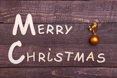 Собрание рождества, коробка подарков, дерево и декоративный шарик, на деревянной предпосылке Стоковые Изображения