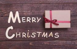 Собрание рождества, коробка подарков, дерево и декоративный шарик, на деревянной предпосылке Стоковые Фотографии RF
