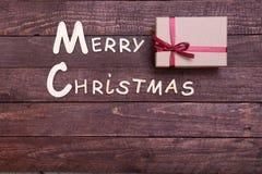 Собрание рождества, коробка подарков, дерево и декоративный шарик, на деревянной предпосылке Стоковое Изображение