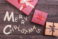 Собрание рождества, коробка подарков, дерево и декоративный шарик, на деревянной предпосылке Стоковое фото RF