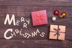 Собрание рождества, коробка подарков, дерево и декоративный шарик, на деревянной предпосылке Стоковые Фото