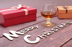 Собрание рождества, коробка подарков, стеклянный коньяк и декоративный шарик, на деревянной предпосылке Стоковые Изображения RF
