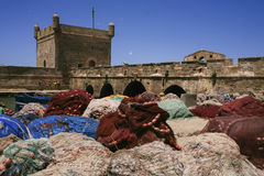 Собрание рыболовных сетей наряду с крепостными стенами, Essaouira, Марокко Стоковое Изображение RF