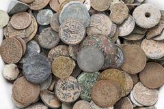 Собрание старых винтажных монеток изолированных на белизне Стоковое Фото