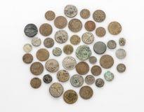 Собрание старых винтажных монеток изолированных на белизне Стоковая Фотография