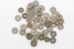 Собрание старых винтажных монеток изолированных на белизне Стоковые Изображения