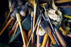 Собрание старых и используемых paintbrushes и инструментов стоковое изображение rf