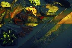 Собрание старых листьев Роскошная предпосылка тени teal & золота Обои темы падения уютные, причудливые & богатые Золотая бумага и стоковые фотографии rf