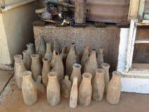 Собрание старых свеже выкопанных вверх бутылок Стоковые Изображения