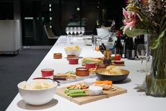 Собрание сыров и закусок на диске стоковые изображения rf