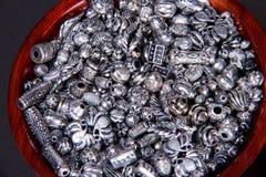 Собрание текстурированных и выбитых серебряных шариков для садить на мель стоковые изображения rf