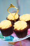 Собрание тортов на винтажной стойке торта Стоковые Фотографии RF