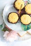 Собрание тортов на винтажной стойке торта Стоковое Изображение
