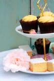 Собрание тортов на винтажной стойке торта Стоковая Фотография RF