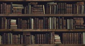 Собрание ценных старых книг на книжных полках стоковые изображения rf