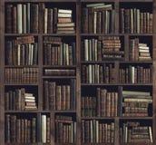 Собрание ценных старых книг на книжных полках стоковое фото