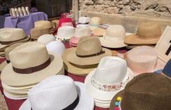 Собрание шляп для продажи на местном уличном рынке Провансаль стоковая фотография rf