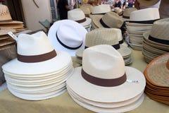 Собрание шляп для продажи на местном уличном рынке Провансаль стоковые фото