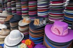 Собрание шляп для продажи на индийском рынке в Otavolo в эквадоре Стоковые Фотографии RF