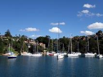 Собрание яхт причалило в входе около Mosman в Сиднее Harb Стоковые Изображения