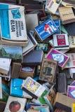 Собрание matchboxes на полках античного рынка Стоковые Фотографии RF