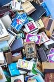 Собрание matchboxes на полках античного рынка Стоковая Фотография RF