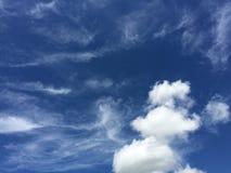Собрания обоев, красивое голубое небо с белыми пушистыми облаками Стоковые Изображения RF