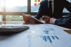Собранные бизнесмены крупного плана совместно обсуждающ финансовый d стоковая фотография