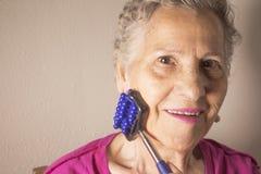Собственная личность более старой женщины массажируя с малым massager Стоковое Фото
