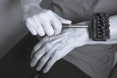 Собственная личность более старой женщины массажируя с малым massager Стоковые Изображения RF