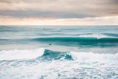 Совершенная большая ломая волна бочонка океана и один серфер Стоковое фото RF