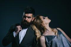 Совершенная дата valentines дня счастливые соедините влюбленность Бородатый человек и сексуальная женщина на первой дате Пары чел стоковые фотографии rf
