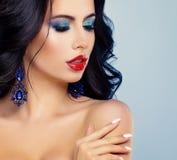 Совершенная девушка с красными губами, тень голубого глаза Стоковое Изображение