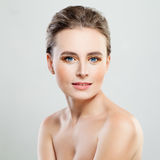 Совершенная модельная женщина с здоровой кожей стоковая фотография