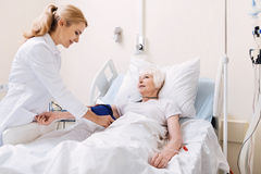 Совершенное кровяное давление ухищренного доктора измеряя стоковые изображения rf