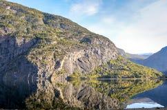 Совершенное отражение гор в ясном фьорде Стоковое фото RF