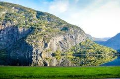Совершенное отражение гор в ясном фьорде Стоковая Фотография