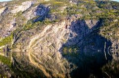 Совершенное отражение гор в ясном фьорде Стоковое Фото