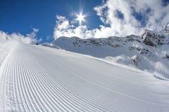 Совершенно выхоленный пустой piste лыжи стоковые фото