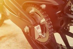 Совершенно новая приводная цепь мотоцикла в внешнем гараже Стоковые Фотографии RF