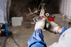 Совершенно новая тормозная шайба на автомобиле в гараже Ремонтировать автоматического механика Стоковое Фото