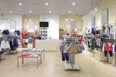 Совершенно новый интерьер магазина ткани детей стоковое фото rf